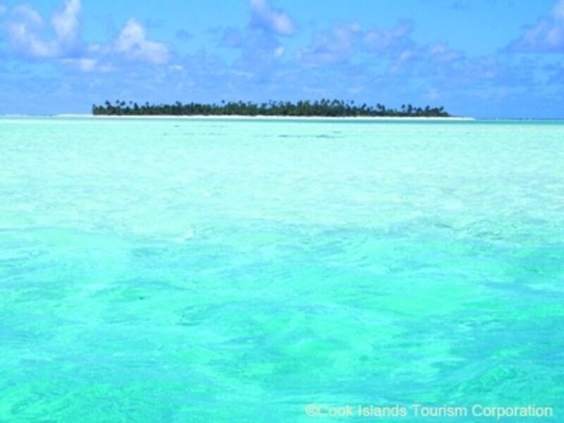 海底の白砂が自然発光しているようで、まるで光を放っているようなアイツタキ環礁