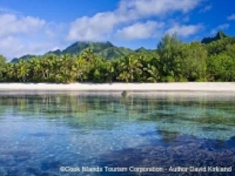 ラロトンガ島は緑の山がそびえる火山島