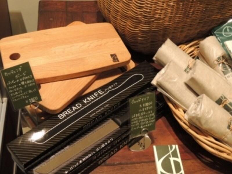 ウィスキーの樽を利用したカッティングボードなど、オリジナルグッズも