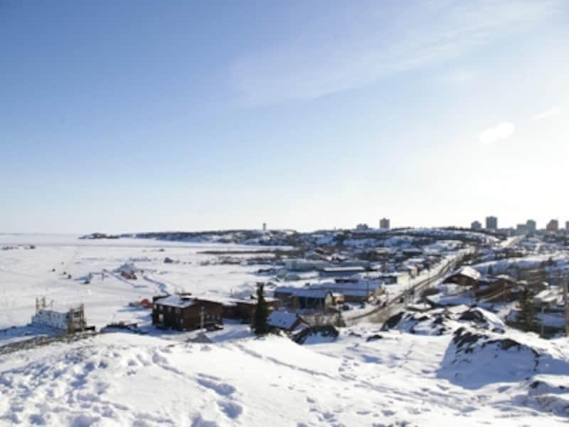 北米で一番深いグレートスレーブ湖の辺にあるイエローナイフ。写真左側の真っ白な部分が湖。冬場はもちろん完全凍結!(C)オーロラビレッジ