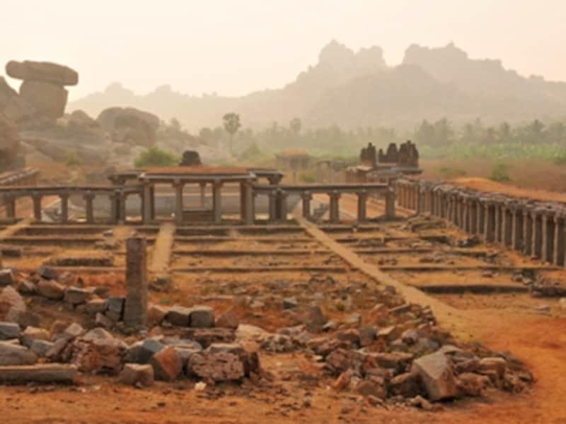ナンディー寺院の参道とマタンガの丘