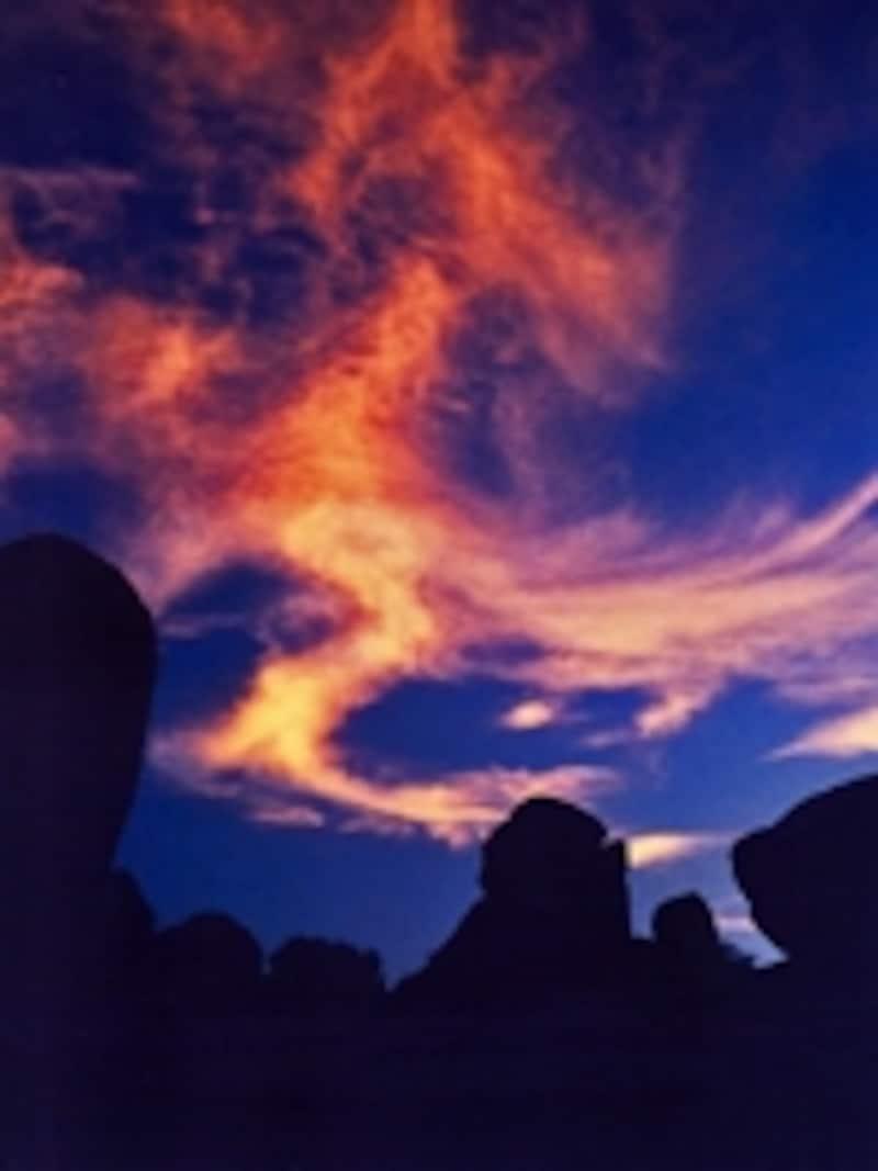 ハンピの奇岩群と夕陽に燃える雲