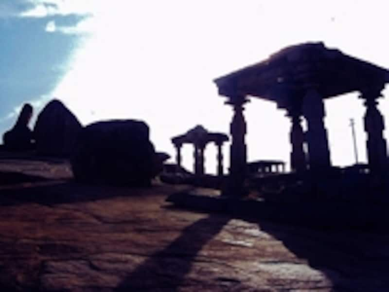 逆光に浮かぶ奇岩とヘーマクータ寺院群