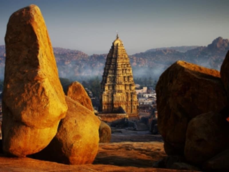 ヘーマクータの丘の奇岩とヴィルパークシャ寺院