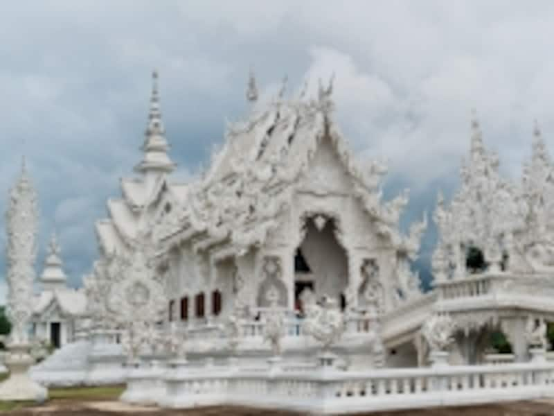 モダン仏教画家チャルムチャイ氏が手掛けるホワイトテンプル