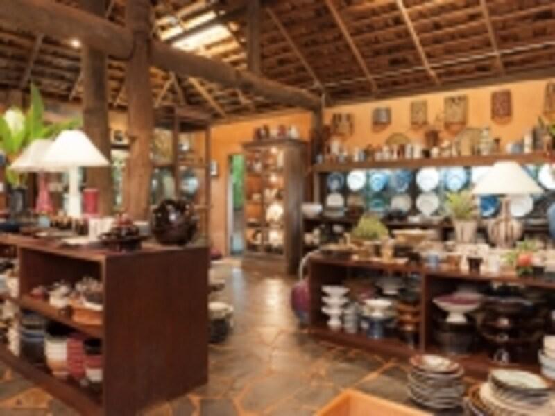 陶芸工房の一角にあるショップコーナー。お洒落な陶器が沢山