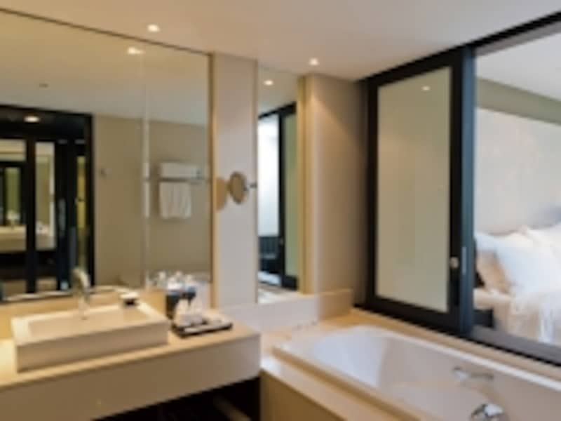 コンパクトだが使いやすいバスルーム。寝室の仕切りは開閉式