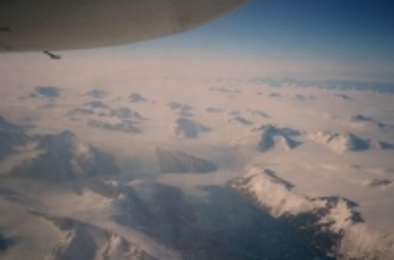 一面の氷河を望むグリーンランド空の旅