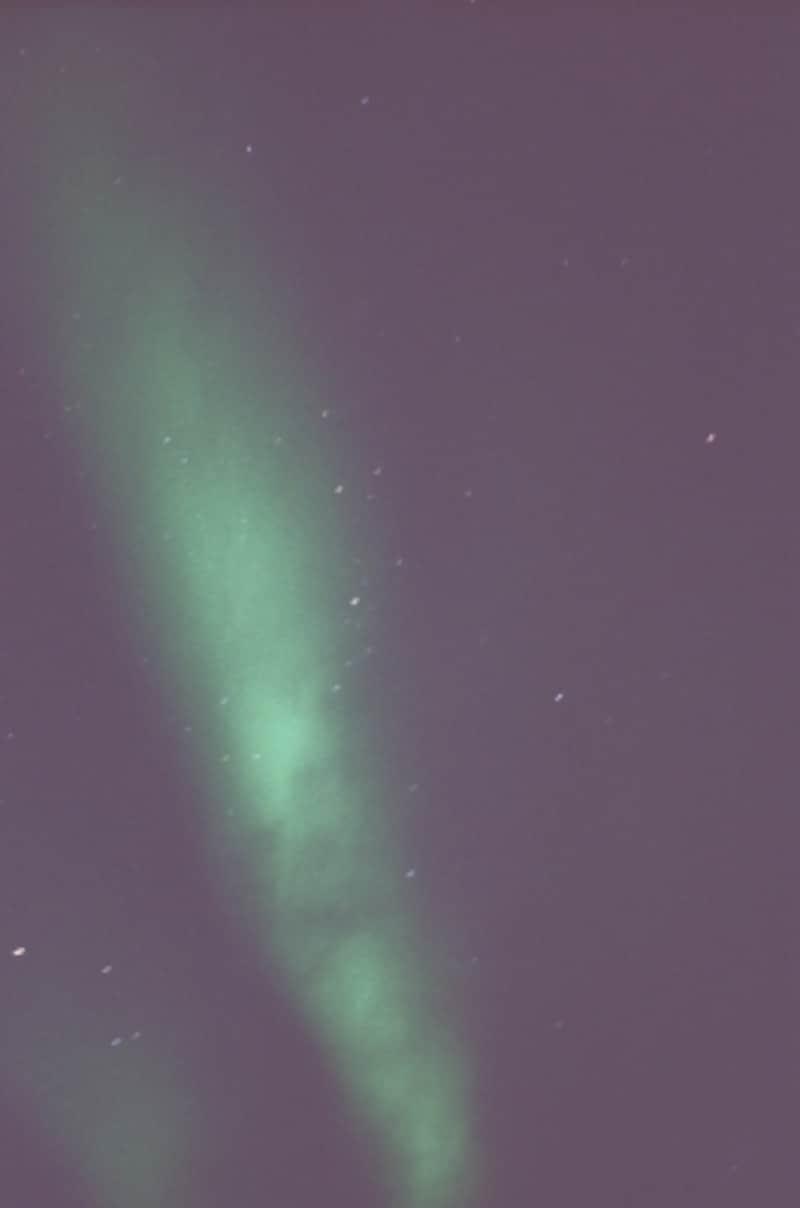 漆黒の空に現れる幻想的な天体ショー「オーロラ」。その大自然の神秘にしばし寒さと時を忘れ見入ってしまいます