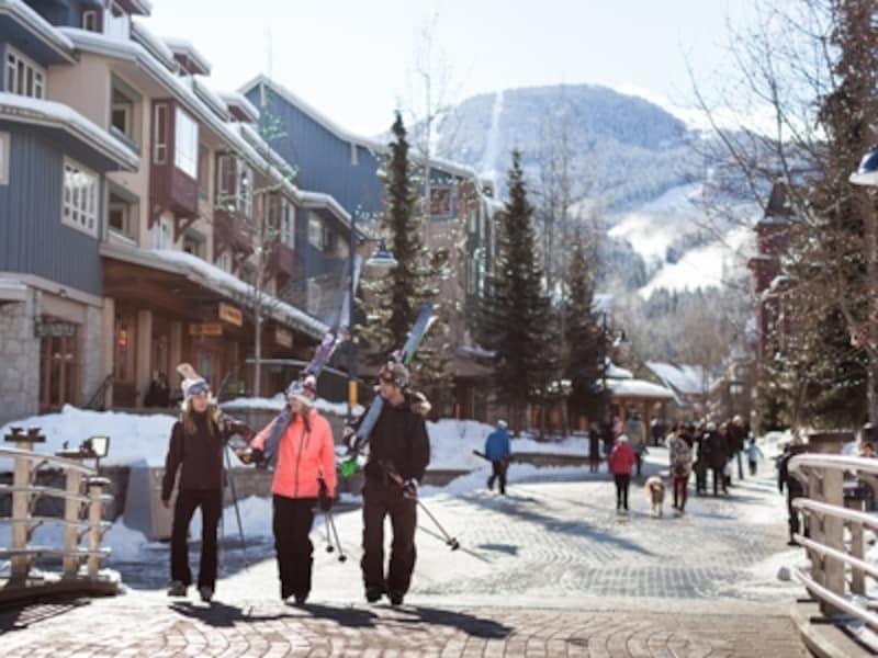 ウィスラー・ビレッジからビレッジ・ノースに向かうスキーヤー。ビレッジ内はすべて歩行者天国(C)TourismWhistler/RobinO'Neill