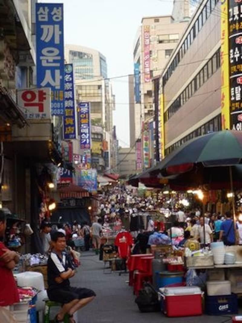 あちこちから日本語で客引きの声がかかります。海苔などは、味見ができる店が多いので、いろいろ食べ比べて決めましょう!