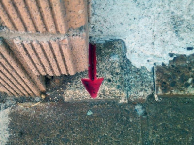 矢印が一辺の中央を指すコンクリート杭