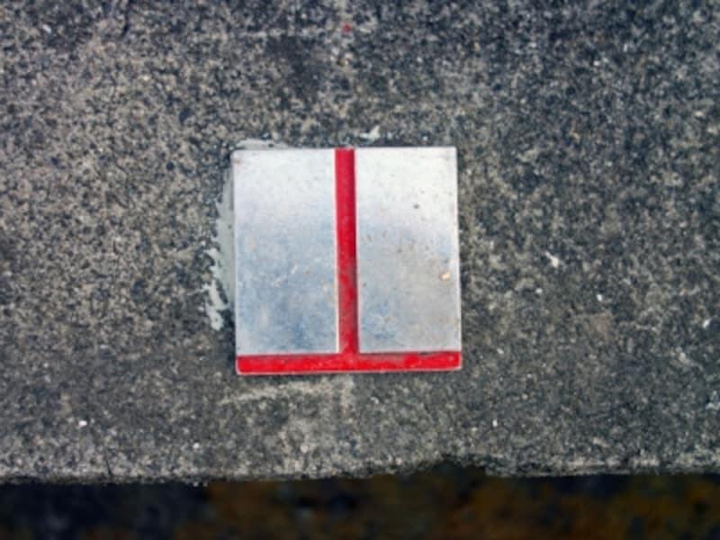 T字状の金属標