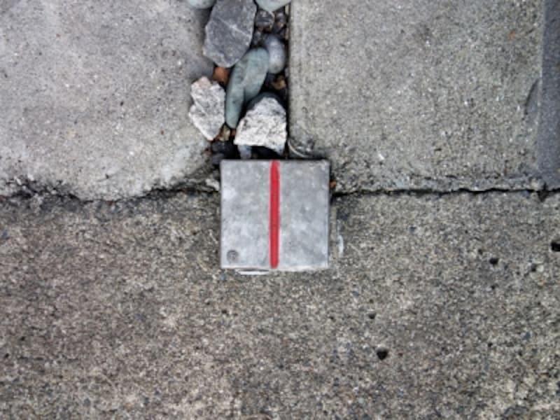 境界線を示す金属標