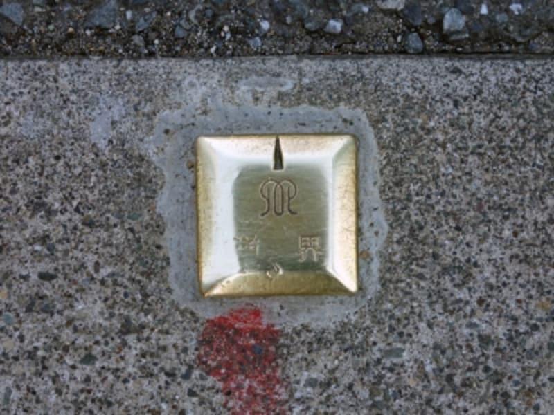 真鍮製の金属標