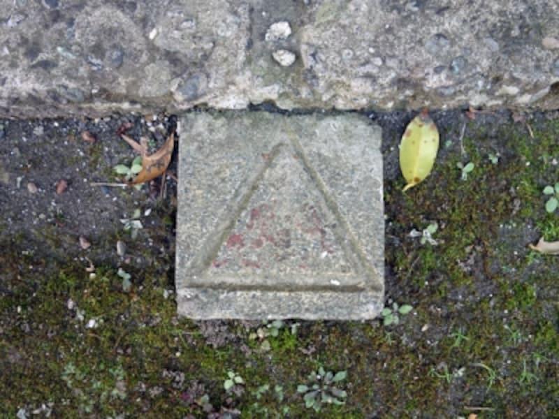 大きな三角が刻まれたコンクリート杭