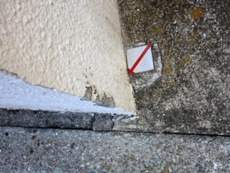 塀の内側にある金属標