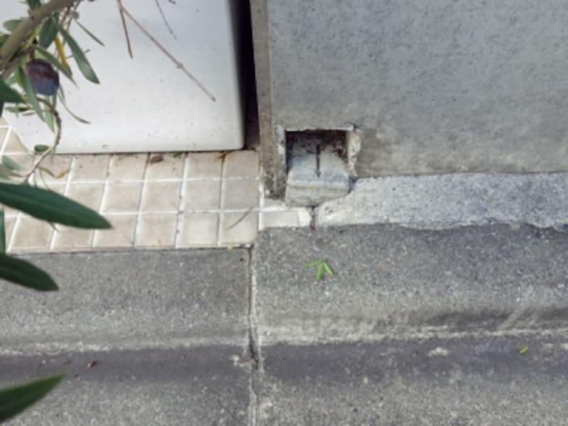 塀の下に埋め込まれたコンクリート杭
