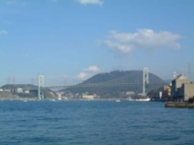 門司港から眺める関門橋と火の山