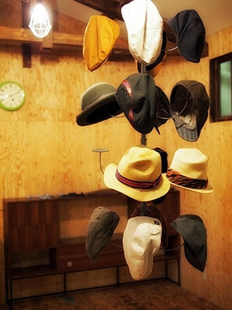 バリスタ女子たちの制服である帽子の数々。
