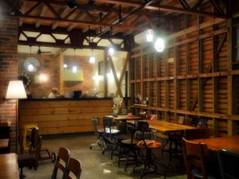 木材がむきだしになった壁に、倉庫の面影が残ります。