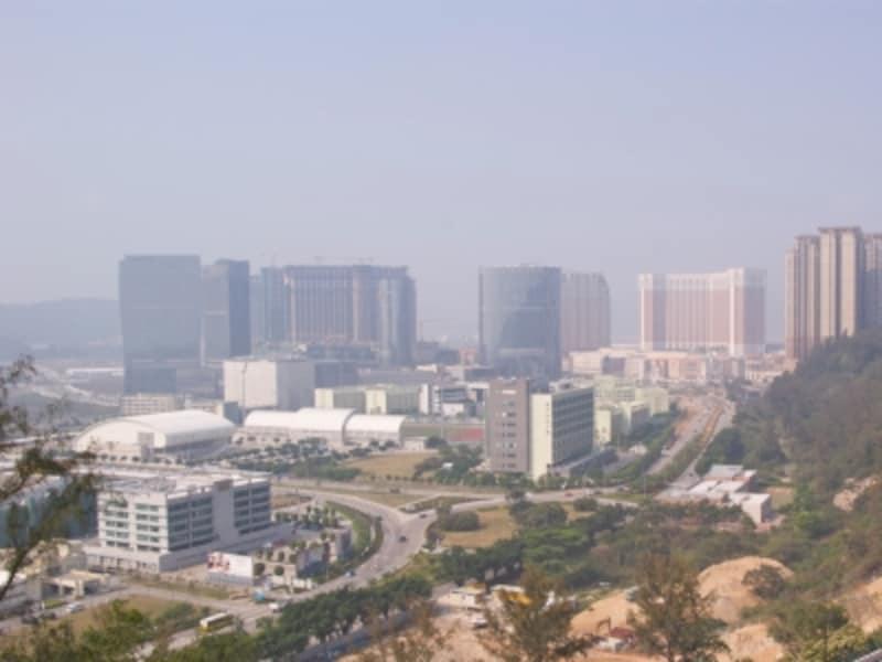 次々に大型リゾート施設建設が進む(大譚山よりコタイ地区中央部を望む)