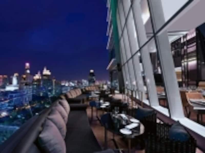 24階にあるレストラン「UP&ABOVE」のアウトサイドシーティング。夜景を楽しみながら食事は格別