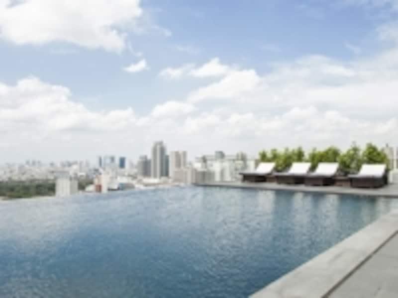 ビル群の中で泳ぐ!25階のインフィニティプールは宿泊したらぜひ利用したい