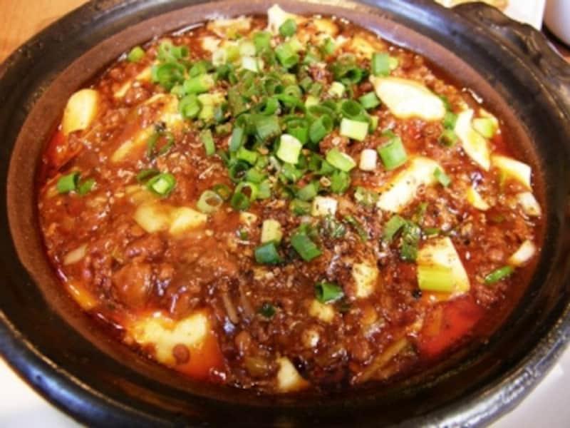 熱々で提供される土鍋麻婆豆腐