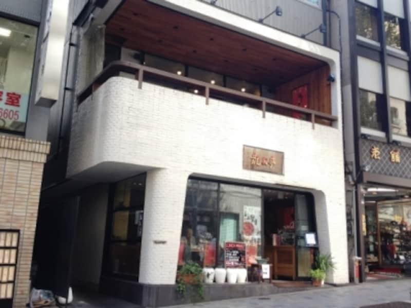 インテリアデザイナーの形見一郎さんによる店舗デザイン