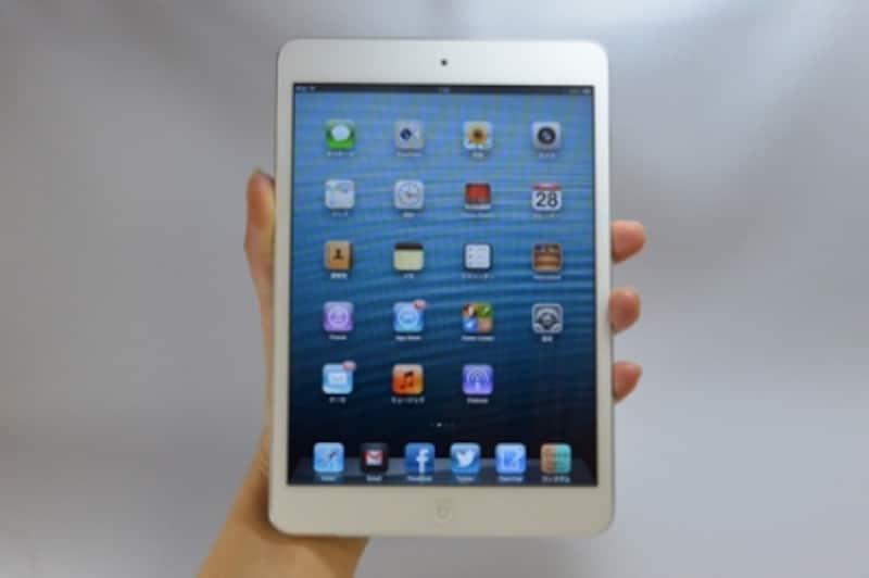 手の大きな男性なら難なく持てるかもしれませんが、手の小さな女性にはちょっとこの持ち方は厳しい。「iPadmini」はそんなサイズです。