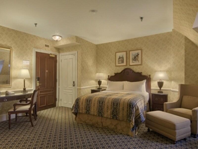 基本設計の古いホテルでは、ベッド1台の部屋が主流(C)FairmontHotelsandResorts