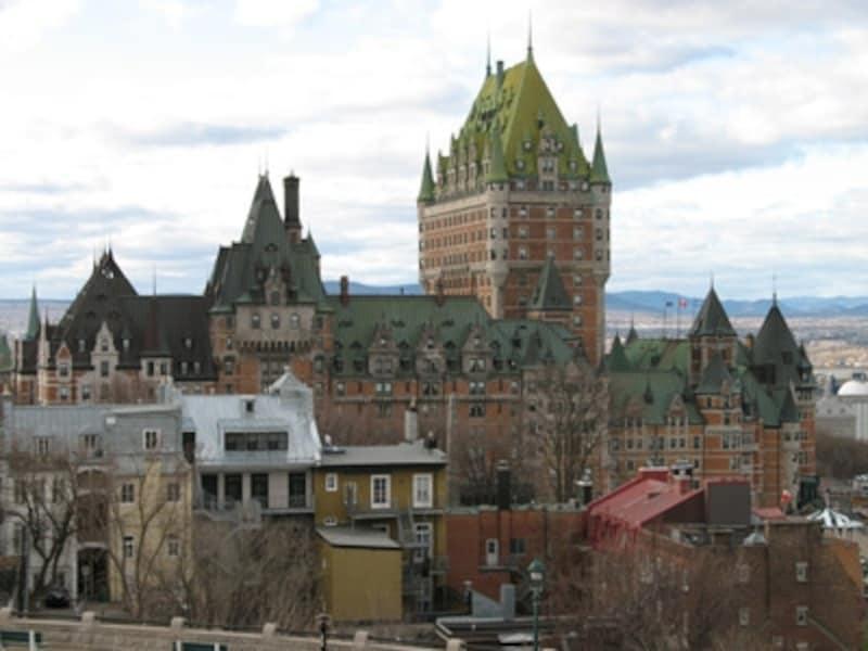 古城のような外観と旧市街の町並みはケベックシティならではのひとコマ(C)BlueWorks