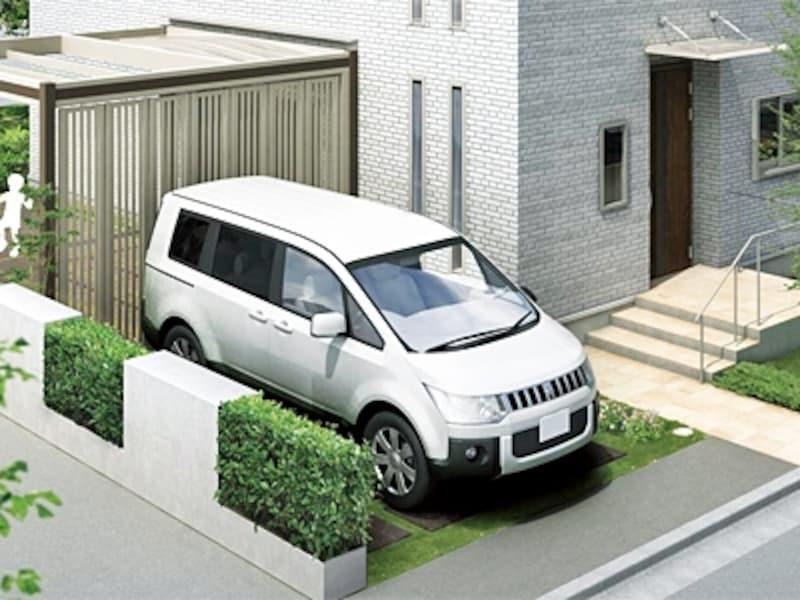 カースペースタイプ。車が無い時は庭の一部として溶け込んでいる。後ろにあるのは屋根付のサービスヤード(ネクスペース/LIXIL)