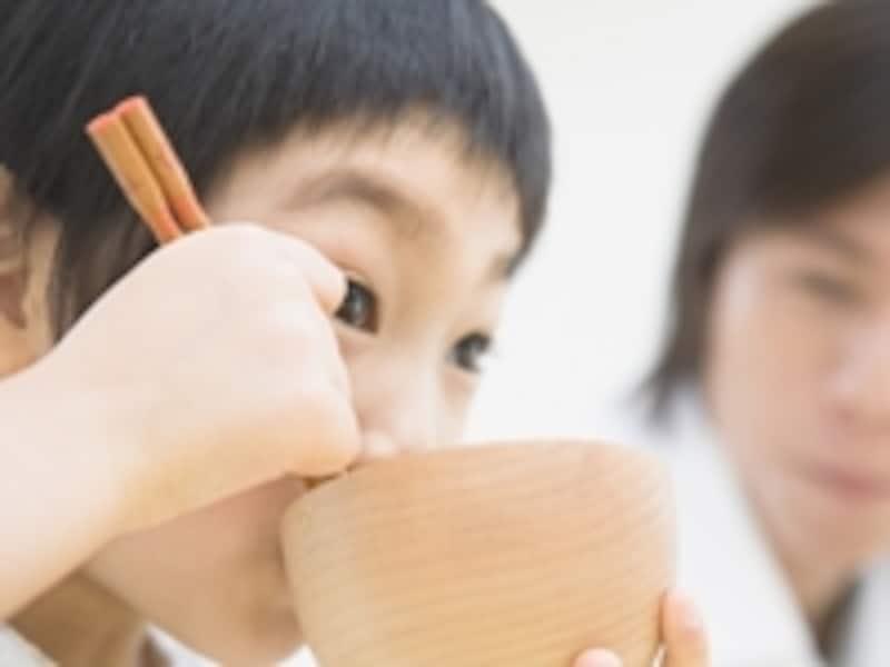 味噌汁を飲む子供