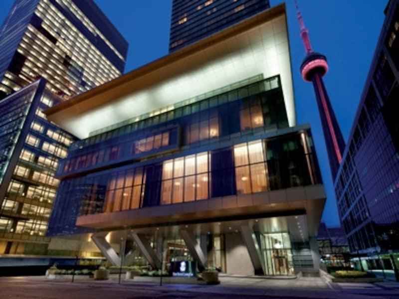 金融街に位置し、CNタワーが至近距離(C)TheRitz-CarltonHotelCompany