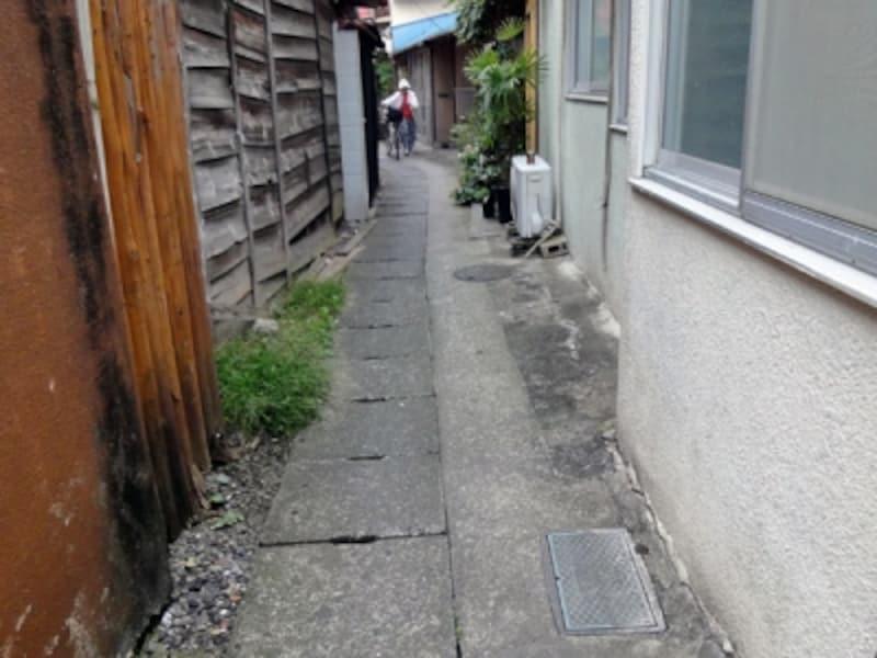 老朽化した住宅に囲まれた通路