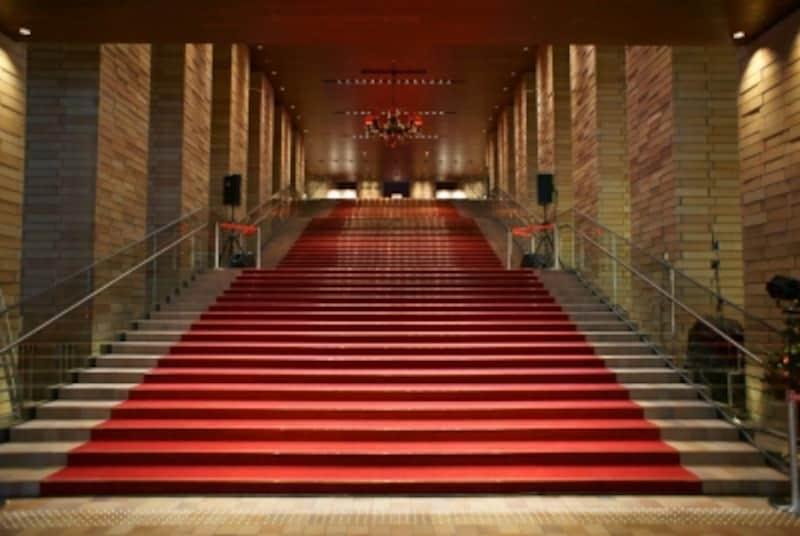 赤い絨毯の大階段