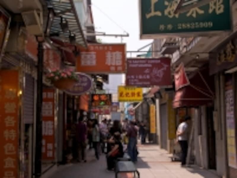細いストリートの両側に小さな店が建ち並ぶ
