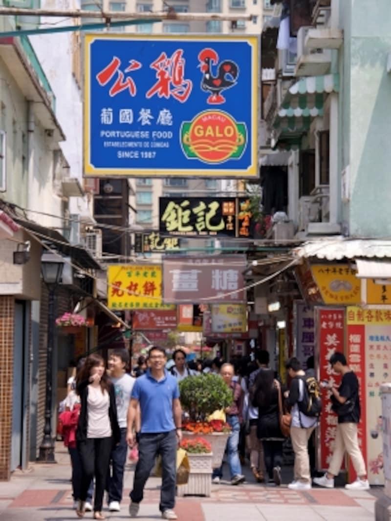 多くの観光客で賑わう官也街(南側から北側方向を写す)