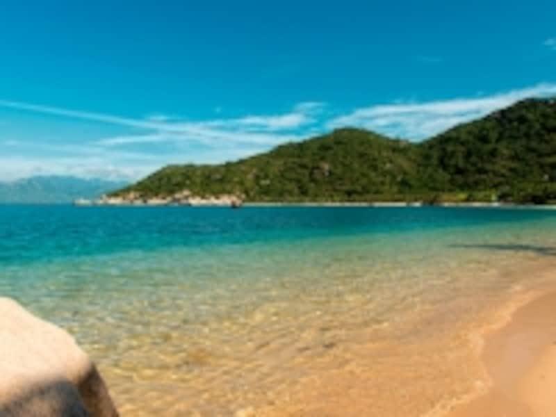年間を通して温暖な気候のニャチャンはビーチリゾートとして有名。ことニンバンベイの海の透明度は素晴らしい!