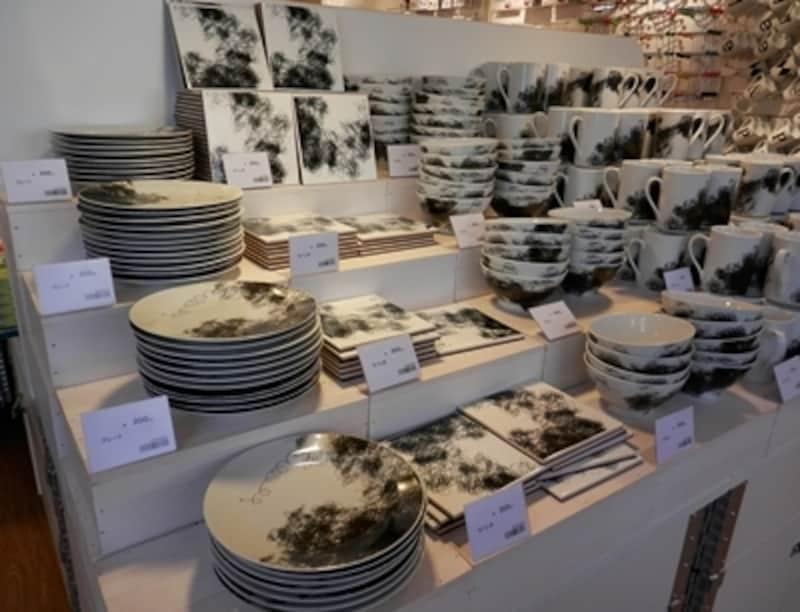同じデザインの雑貨で食器、ショップ袋、ペーパーナプキンなどがある