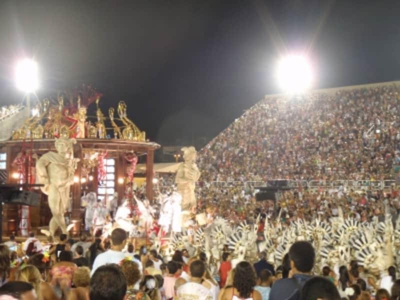 世界最大の祭りと言われるリオのカーニバル。何万人もの人が織り成すサンバの行列は圧巻!