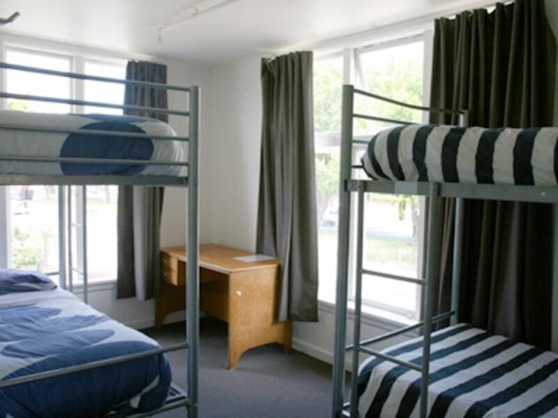 二段ベッドが入った共同部屋