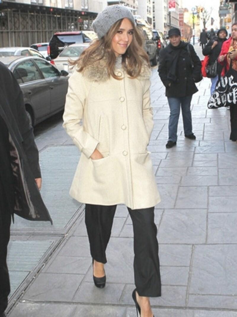 寒くてもニッコリ笑顔のジェシカ・アルバ。(C)MirandaJacobson