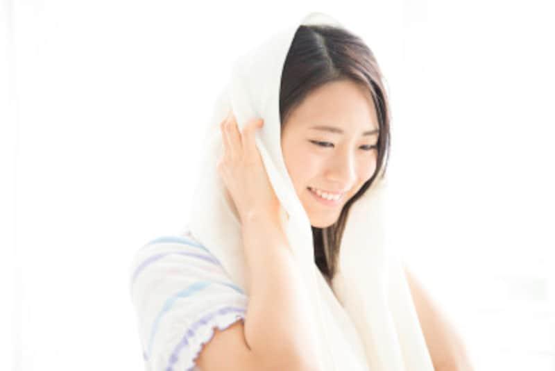 傷んだ髪を家で修復、タオルで髪を拭く女性