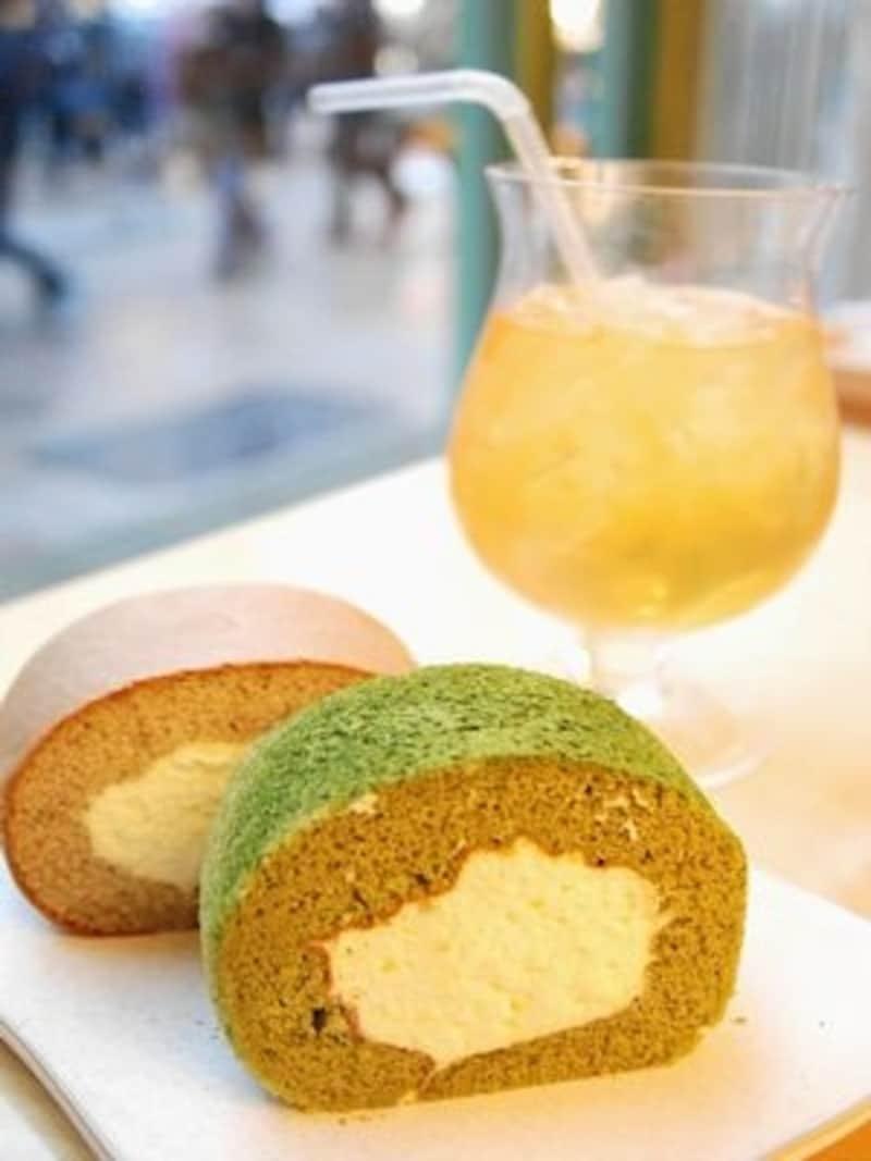 オープン当初から人気の緑茶のロールケーキ。紅茶味もあります