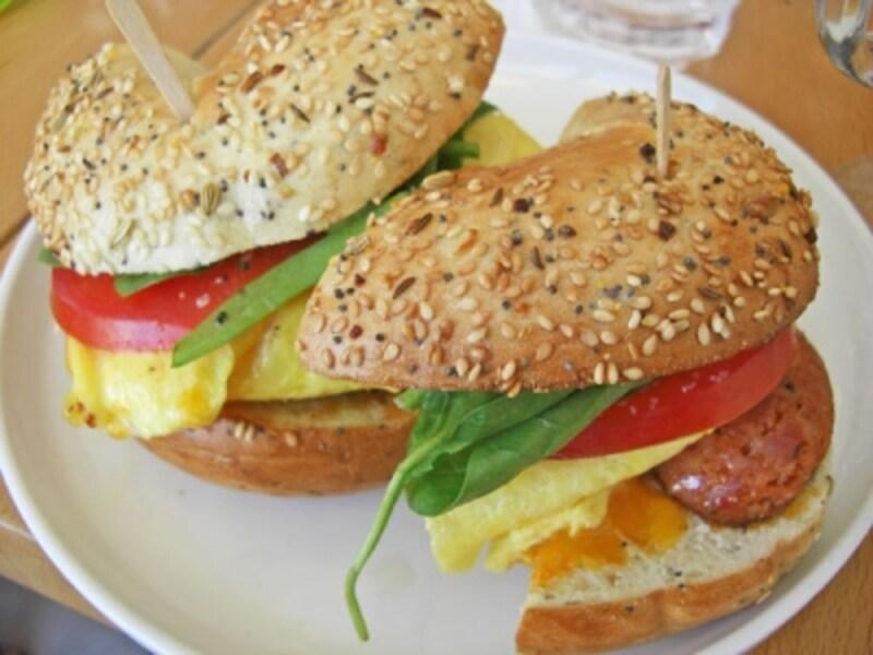 肉類とチーズが選べるベーグル・サンドイッチ。甘いパンケーキやワッフルと、オムレツ、サンドイッチなどをシェアして食べるのがベスト