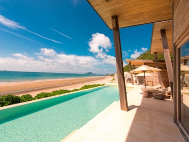 全ての客室がオーシャンビュー、かつプライベートプール付き。目の前に広がる1.6キロメートルに及ぶロングビーチ。この絶景を50組のゲストだけで独占するという贅沢さ。