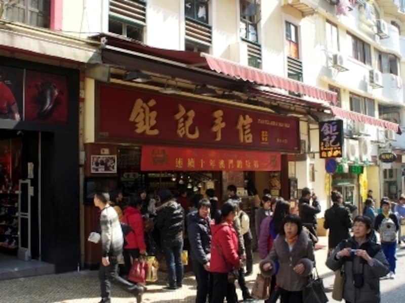 大勢の観光客で賑わう店頭。各店とも試食コーナー充実